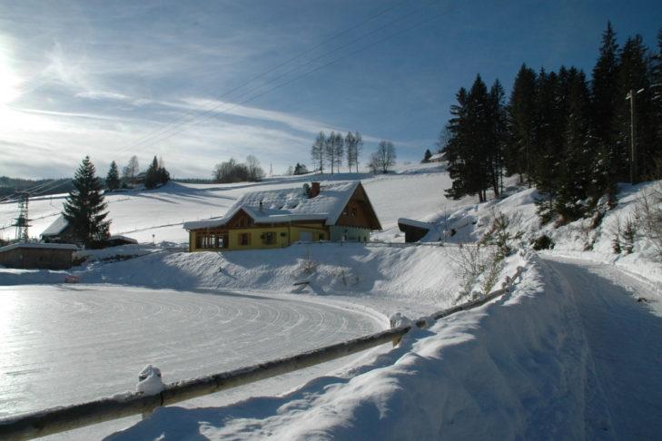 Schneesportplatz und Wanderweg in Hirschegg.