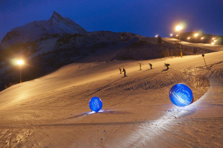 Skigebiet Silvapark: Am Abend wird eine Nachtskipiste beleuchtet.