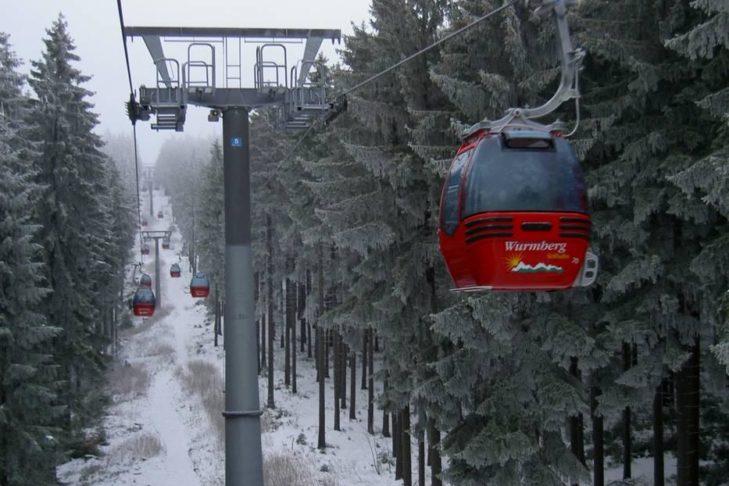 Skigebiet Braunlage Wurmberg: Eine moderne Gondelbahn fährt auf den Wurmberg.