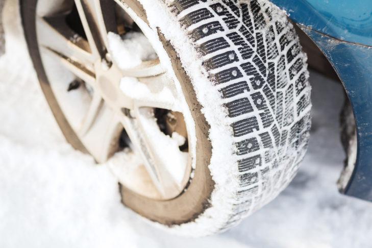 Sie dürfen am Auto beim Skiurlaub nicht fehlen: Winterreifen.