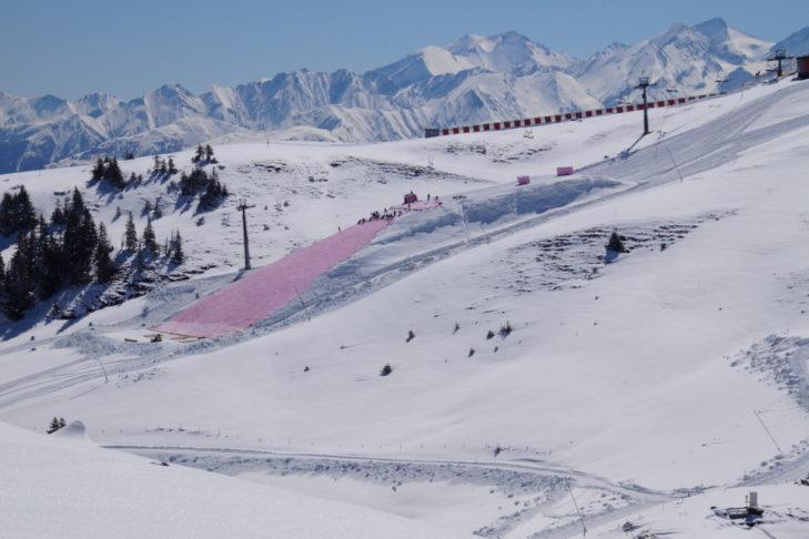 Snowfarming: Der angehäufte Schneehügel wird für den Sommer abgedeckt.