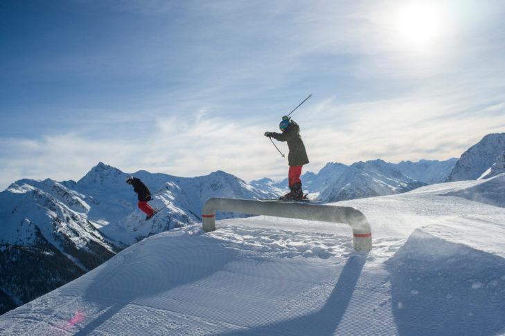Im Snowpark im Skigebiet Kappl können Freestyler ihre Jumps üben.