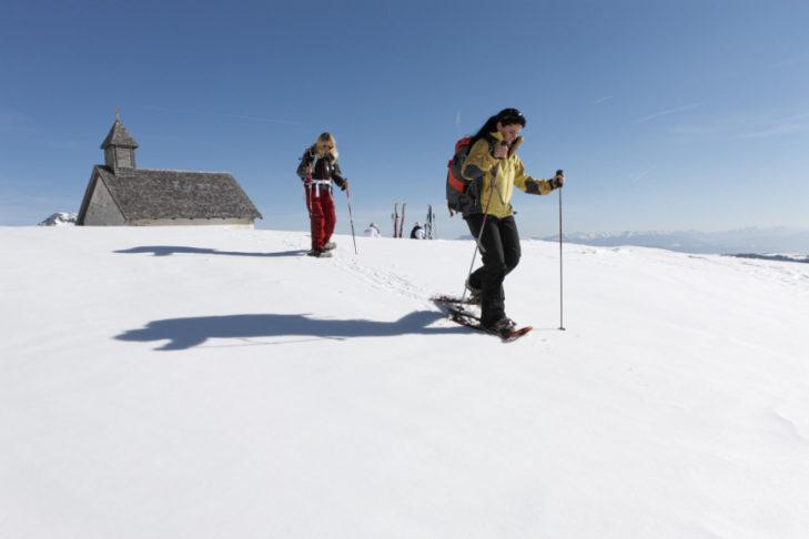 Beliebt rund um St. Walburg: das Schneeschuhwandern.