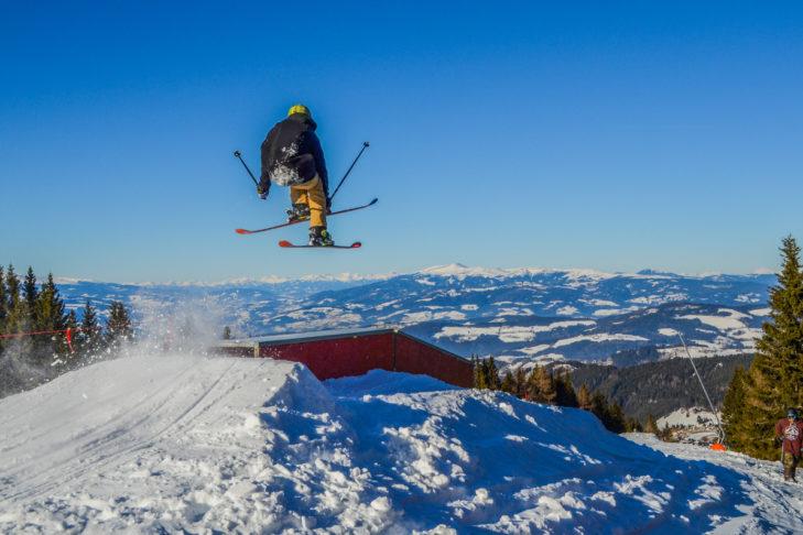 Jump vor Bergkulisse im Skigebiet Koralpe.