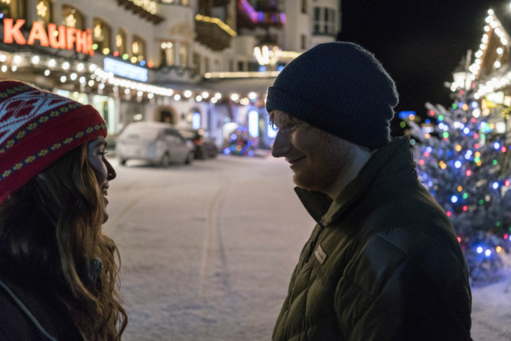 """Romantischer Skiurlaub pur: Lauschige Weihnachtsstimmung bei Ed Sheeran und Zoey Deutch beim Videodreh zu """"Perfect""""."""