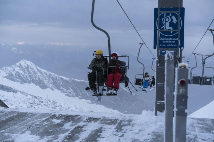 Der Zweiersessel-Lift lässt Raum für Romantik im Skiurlaub.
