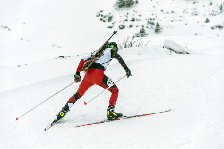 Biathlon - Biathlet beim leichten Anstieg.