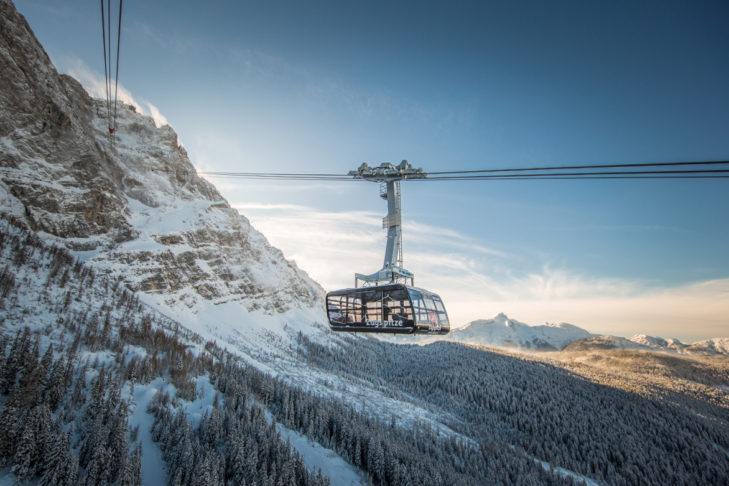 Toller Blick auf die Seilbahn Zugspitze und das umliegende Panorama.