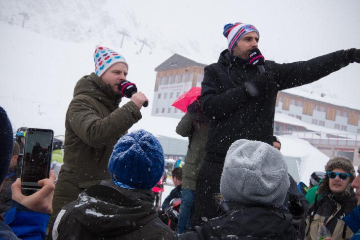 Die 1LIVE DJs J.C. Zeller und Tobi Schäfer heizen der Menge auf dem Berg ein.
