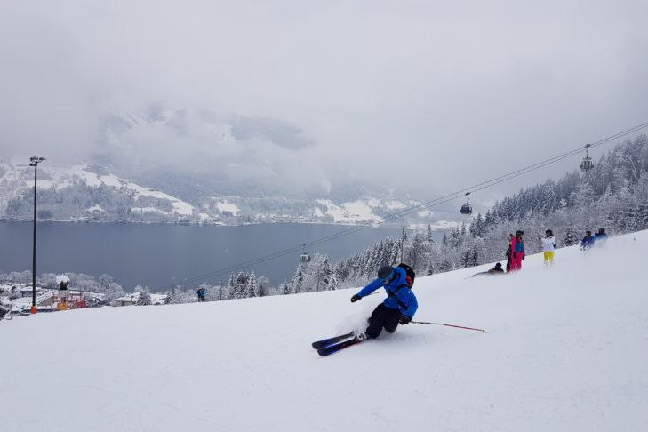 Auf der Schmittenhöhe fährt man Ski mit Blick auf den Zeller See.