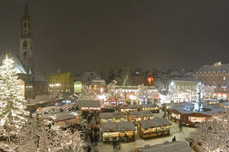 Der Bozner Christkindlmarkt am Waltherplatz lädt zu einem winterlichen Bummel ein.