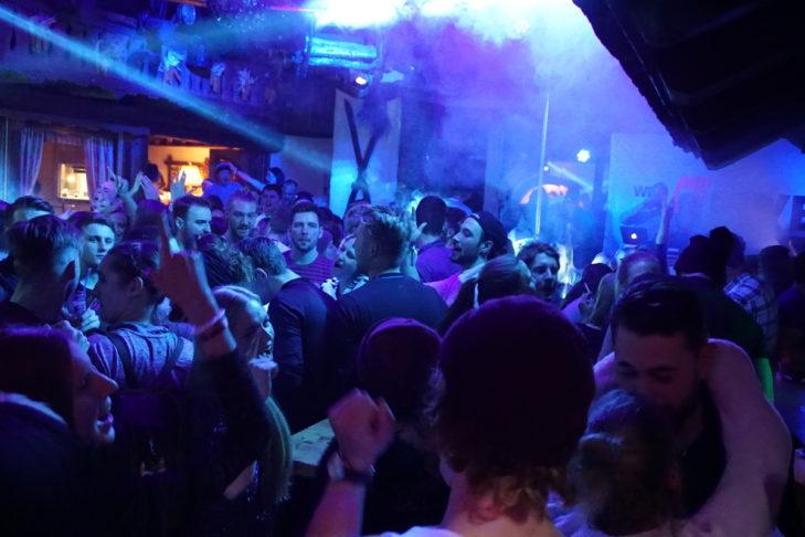 Partystimmung in der Baumbar.