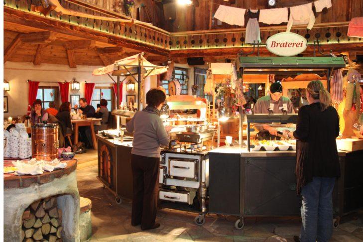 """Die Gastronomie in der Skihalle ist """"echten"""" Bergrestaurants nachempfunden."""