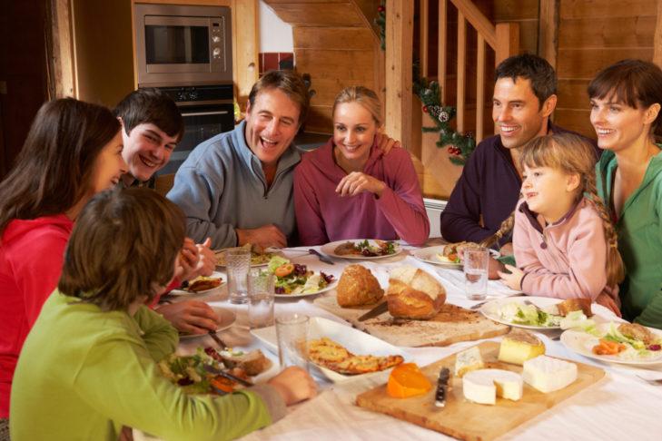 Skiurlaub mit Selbstverpflegung: Gemeinsames Kochen und Essen stärkt das Gruppengefühl.