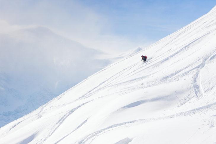 Skifahren durch unberührten Schnee ist ein Hochgenuss.