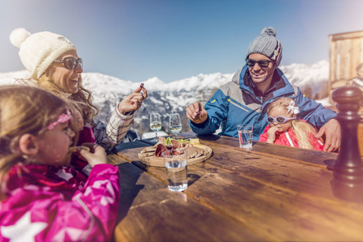 Im autofreien Skiort Grächen lässt sich der Skitag besonders entspannt ausklingen.