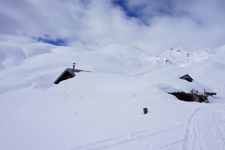 Die beiden Almen sind unter den Schneemassen kaum zu erkennen.