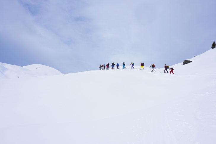 Die Skitourengruppe unterwegs im Winterwonderland.