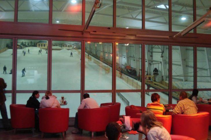 Die große Glasfront bietet einen hervorragenden Blick auf das Geschehen in der Skihalle.