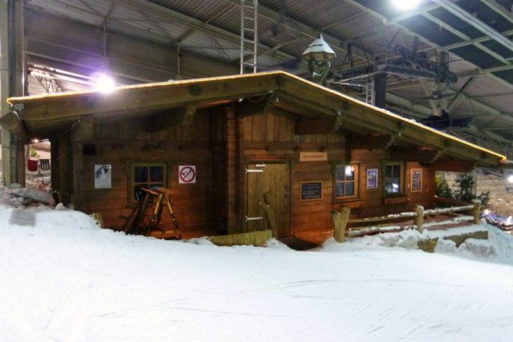 Die kleine Gipfelhütte mitten in der Skihalle.