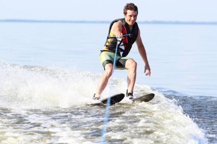 Wasserski ist sowohl an einer Anlage oder hinter einem Boot möglich.