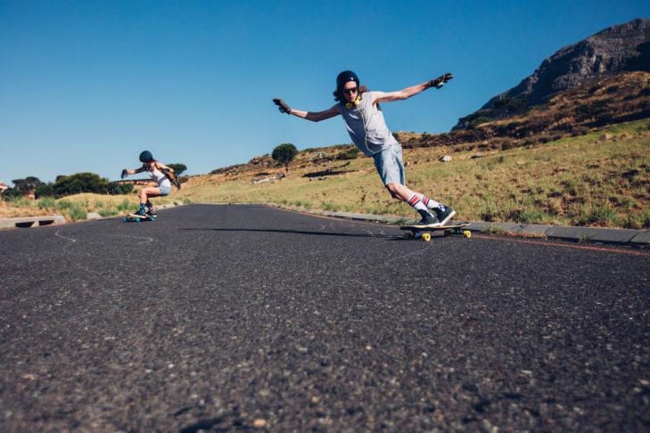 Downhill-Longboarden ähnelt Snowboarden sehr.