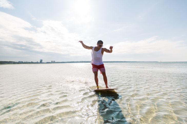 Skimboarden macht am Meer besonders viel Spaß.