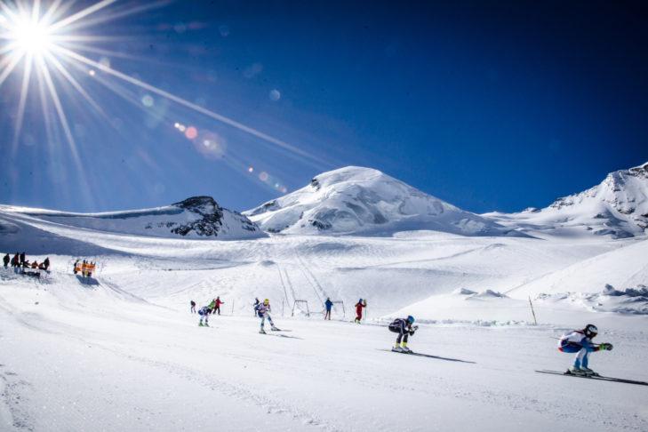 Allalin Rennen: Vom rund 4.000 m hohen Gipfel rasen die Ski-Profis mit ca. 140 km/h die Piste runter.