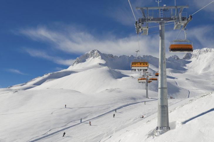 Moderne Lifte und top präparierte Pisten im Skigebiet Zugspitze.