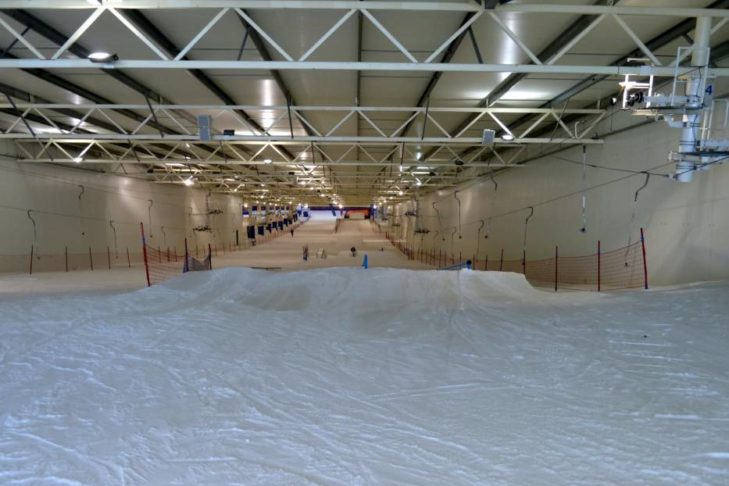 Sprungschanze im Skidome Terneuzen.