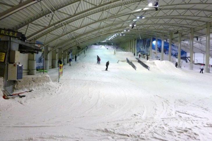 Die Hauptabfahrt im Snowplanet mit Funpark.