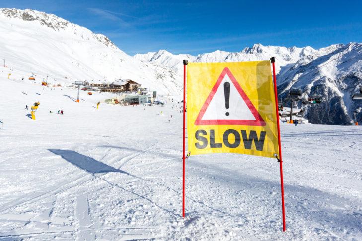 Oft geben auch diese Markierungen einen Hinweis auf Gefahrenzonen in denen nicht zu schnell gefahren werden sollte.