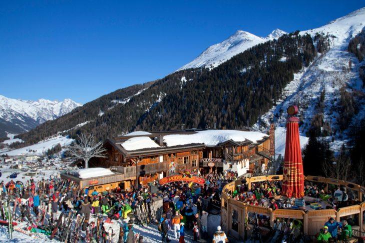 Die legendäre Skihütte MooserWirt befindet sich an der Piste des Skigebiets St. Anton.