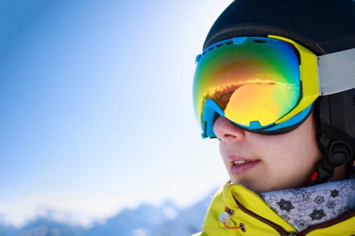 Für wolkige Skitage eignen sich besonders blaue und rote Gläser.