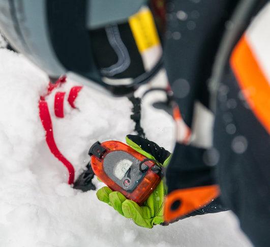 Das Tragen eines GPS-Trackers hilft im Ernstfall dabei, von den Rettungskräften schnell gefunden zu werden.