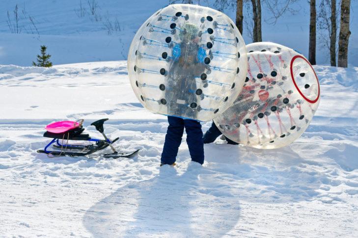 Schnee-Zorbing sollte jeder einmal ausprobiert haben.