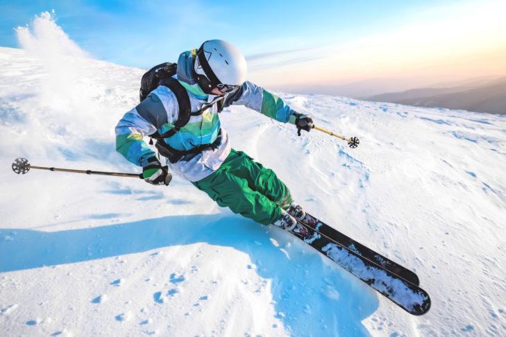 Die Ski sollten beim Skifahren nicht zu eng zusammen stehen.