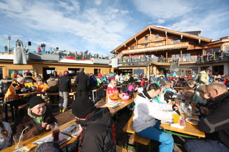 Die SchnapsHansBar genießt Legendenstatus in Sachen Après-Ski.