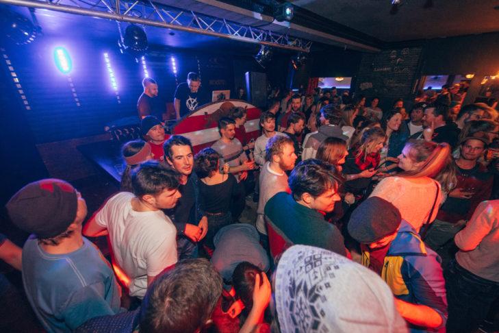 Die DJs heizen den Après-Ski-Begeisterten ordentlich ein.