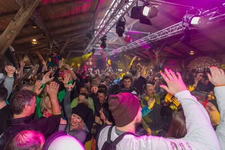 Die DJs sorgen für tolle Après-Ski-Stimmung in der KuhBar.