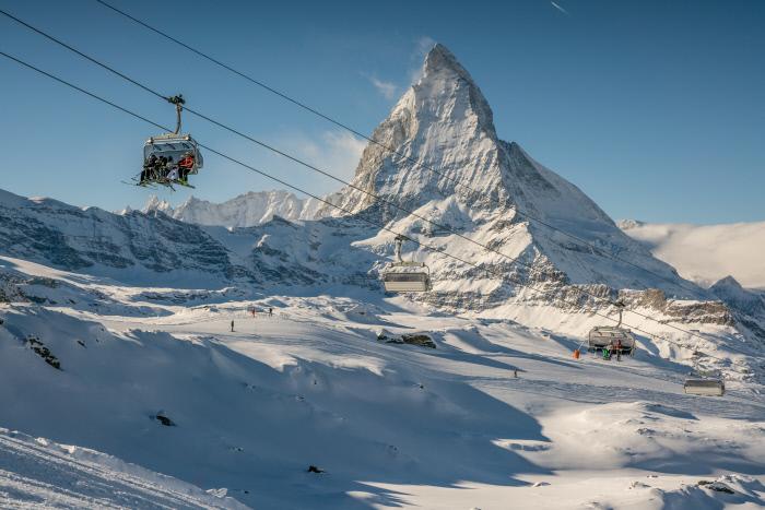 Vor dem Matterhorn geht es mit dem Sessellift in luftige Höhen.