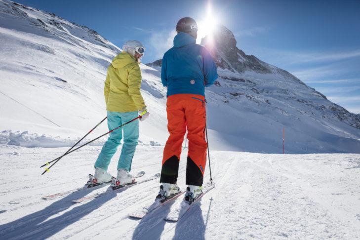 Sonnenskilauf vor der Kulisse des Matterhorns in Zermatt.