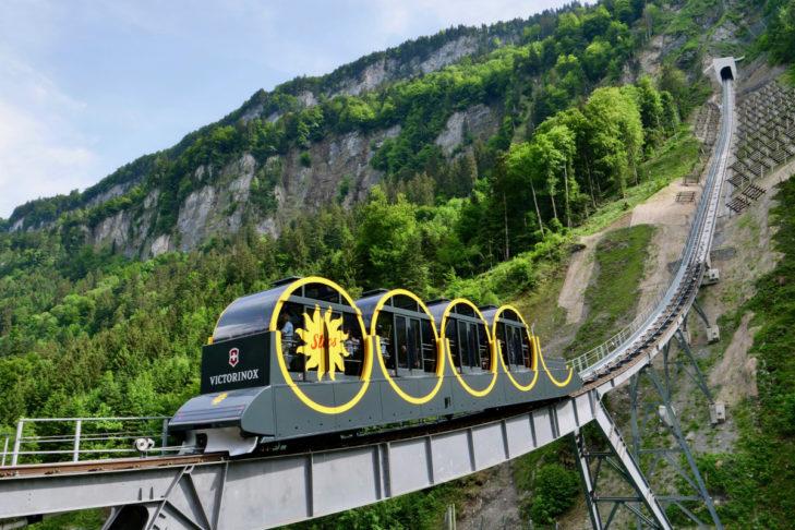 """""""Gut festhalten!"""" heißt es bei der steilsten Standseilbahn der Alpen – der Stoosbahn."""