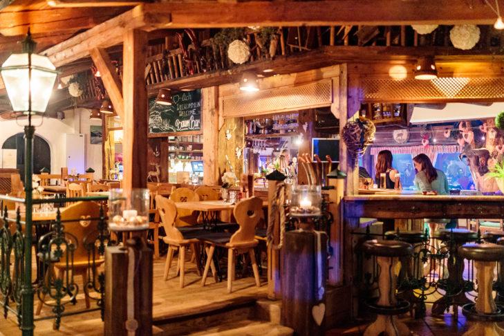Die traditionelle Einrichtung der Bar versprüht einen ganz besonderen Charme.
