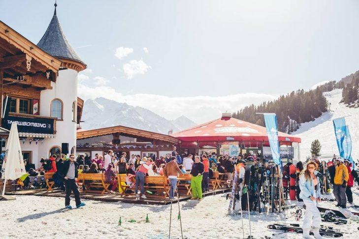 Auf der Terrasse der Pilzbar genießen die Gäste das ein oder andere Getränk bei atemberaubenden Blicken auf die faszinierende Bergwelt.
