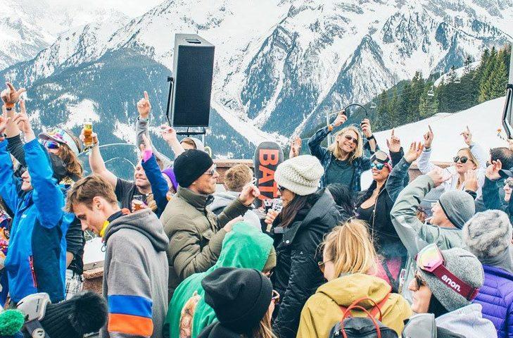 """Ausgelassene Aprés-Ski-Stimmung in der """"Pilzbar"""" in Mayrhofen."""