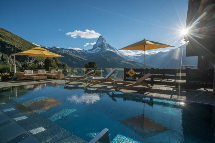 Wenn das mal kein Pool mit Aussicht ist im Hotel Riffelalp!
