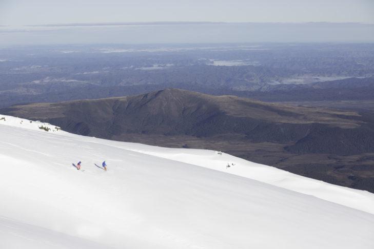 Skifahrer im größten Skigebiet Neuseelands Whakapapa.