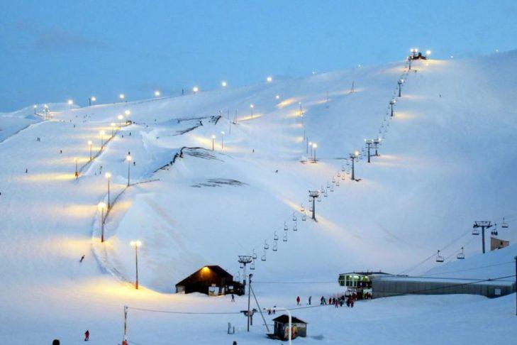 Nachtskilauf: Im Skigebiet Bláfjöll besteht auch die Möglichkeit zu späterer Stunde noch talabwärts zu wedeln.