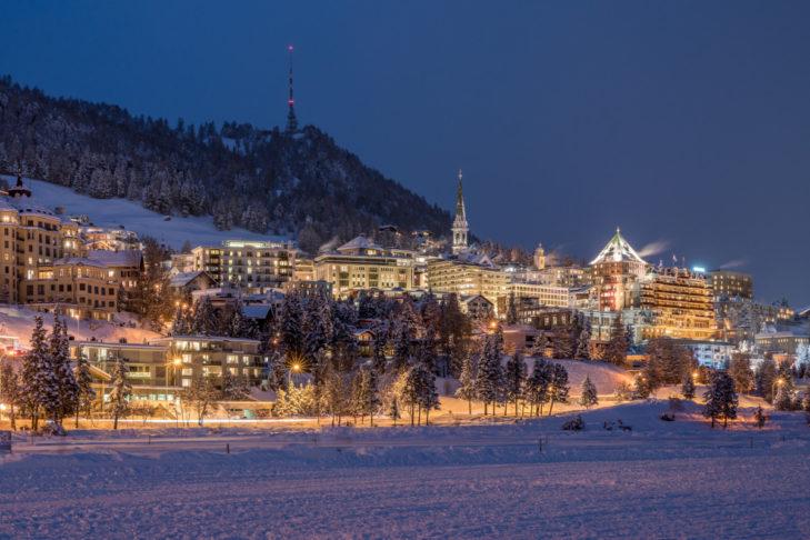 Blick aufs winterliche St. Moritz am Abend.